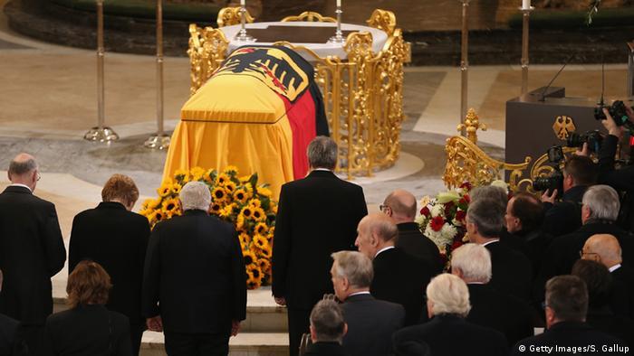 Caixão do ex-chefe de governo alemão atravessou Hamburgo
