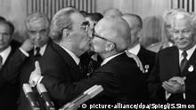 Erich HONECKER, rechts, Politiker, Generalsekretaer des Zentralkomitees der SED und Staatsratsvorsitzender der DDR, und Leonid Iljitsch BRESCHNEW, Parteichef der KPDSU und Staatschef der UdSSR, tauschen den sog. Bruderkuss aus, aus Anlass einer Ordensverleihung an Breschnew im Rahmen der Feier des 30jaehrigen Bestehens der DDR, am 05.10.1979 ©SVEN SIMON#Prinzess-Luise-Strasse 41#45479 Muelheim / R u h r #tel. 0208/9413250#fax. 0208/9413260#P o s t g i r o E s s e n Nr. 244 293 433 (BLZ 360 100 43)# www.SvenSimon.net
