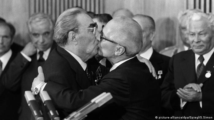 Erich Honecker and Leonid Brezhnev kiss (Copyright: Sven Simon)
