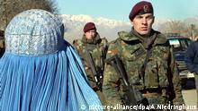 Afghanistan Kabul Bundeswehr Soldat Frau in Burk a