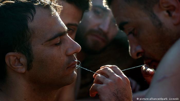 Беженцы зашивают себе рты