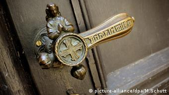 Church door handle (picture-alliance/dpa/M.Schutt)