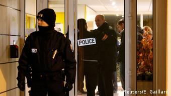 Γάλλοι αστυνομικοί στο Montrouge, όπου βρήκαν ζώνη με εκρηκτικά χωρίς εκπυρσοκροτητή
