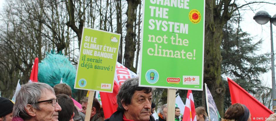 """""""Mude o sistema, não o clima"""": passeata na Bélgica contra as mudanças climáticas"""