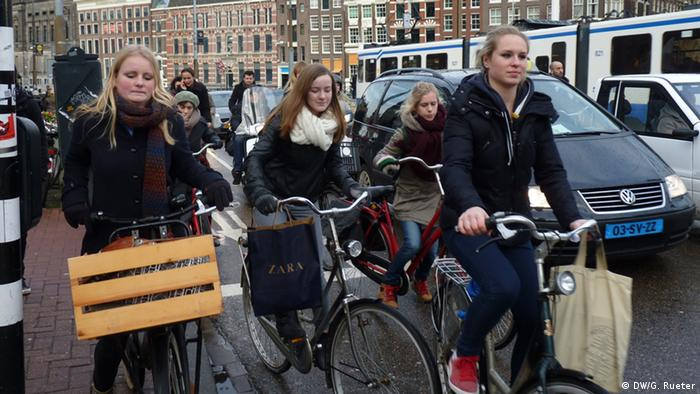 Cyclists in Amsterdam. (Photo: Gero Rueter/ DW)