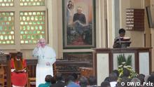 Kenia Papstbesuch Firgur des Papstes in der Holy Family Basilica in Nairobi
