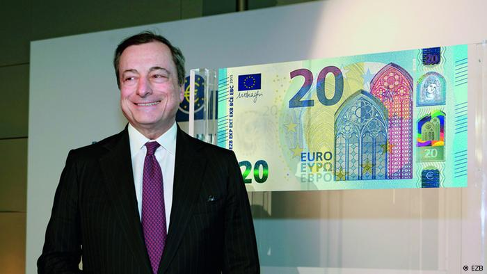 Bivši predsjednik ESB Mario Draghi predstavlja novčanicu od 20 eura 2015.