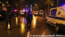 24.11.2015 *** epa05040092 Police and rescue forces at the scene of an explosion in Tunis, Tunisia, 24 November 2015. Eleven members of the Tunisian presidential security service were killed when an explosion hit their bus in the capital Tunis, Interior Ministry spokesman Walid al-Wuqaini told state television. Fourteen other people were injured, and the cause of the explosion was not yet known, the broadcaster said, citing an unnamed security official. EPA/MOHAMED MESSARA +++(c) dpa - Bildfunk+++ Copyright: picture-alliance/dpa/M. Messara