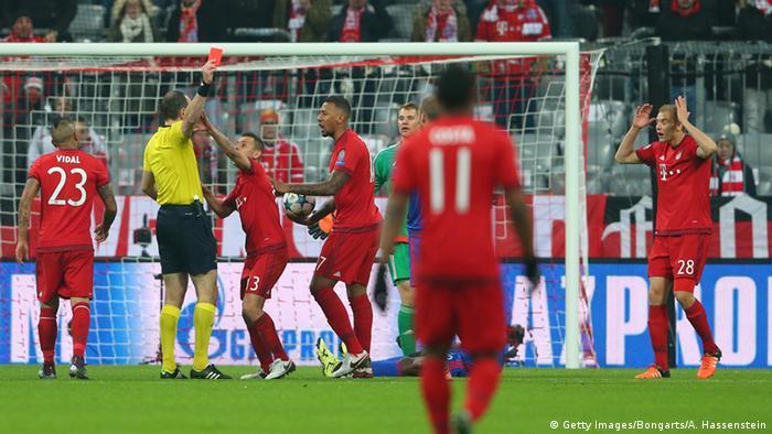 Champions League FC Bayern München gegen Olympiakos Piräus Rote Karte gegen Holger Badstuber (Foto: Getty Images/Bongarts/A. Hassenstein)
