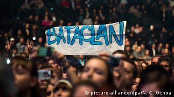 Fans recuerdan la masacre en la sala de conciertos Bataclan.