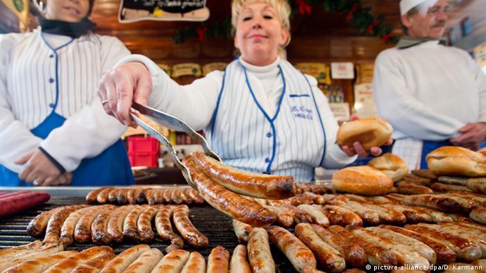 Bratwurststand auf dem Nürnberger Weihnachtsmarkt (dpa)