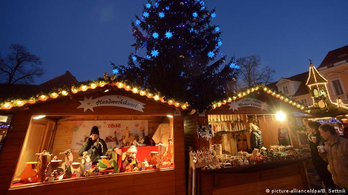 در قرن چهاردهم میلادی نخستین بازارهای کریسمس به راه افتادند؛ بازارهایی که به طور معمول دور و بر کلیساها بر پا میشدند. این بازارها معمولا با نخستین آخرهفته از مجموع ۴ آخرهفته مانده به کریسمس کار خود را آغاز میکنند. این بازارها تشکیل شدهاند از غرفههای کوچک غرق در رنگ و نور و تزیینات کریسمس که همه چیز در چنته دارند؛ از خوراکیهای مناسب این روزها تا شراب داغ و اسباببازیها و وسایل زینتی.