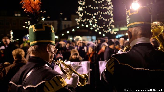 Musikanten auf einem Weihnachtsmarkt in Sachsen (dpa)