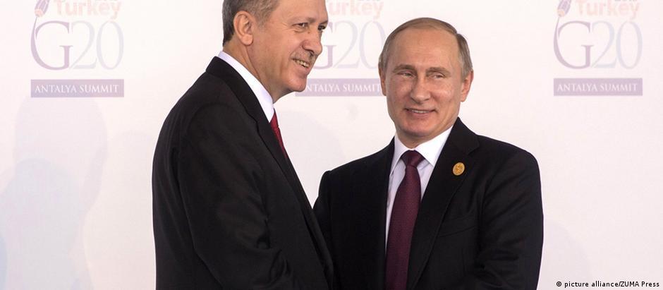 Presidentes Erdogan (esq.) e Putin em encontro do G20 em Antalya, Turquia