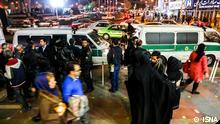 """Titel: Sittenpolizei Bildbeschreibung: Nach längerer Abwesenheit, geht die iranische Sittenpolizei """"zur Herstellung moralische Sicherheit der Bürger"""" gegen Frauen, welche die islamischen Kleidervorschriften missachten, vor. Stichwörter: Iran, Polizei, Sittenpolizei, Quelle: ISNA Lizenz: Frei"""