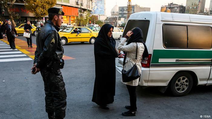 İran'da ahlak polisi sokakta İslami giyim kontrolü yapıyor