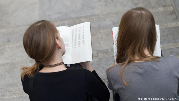 Two young women reading books, Copyright: picture alliance/ZB/J. Kalaene