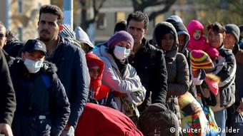 Νοέμβριος 2015: χιλιάδες πρόσφυγες και μετανάστες περιμένουν στα σύνορα Γερμανίας-Αυστρίας