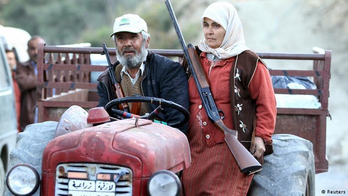 Крестьяне с оружием в руках на тракторе, север Сирии, где проживают туркоманы
