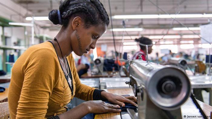 Äthiopien Textilindustrie Fabrik Näherin (Jeroen van Loon)