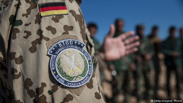 A German military trainer briefs Kurdish Peshmerga forces during a training course in Erbil, Iraq (Getty Images/J. Moore)
