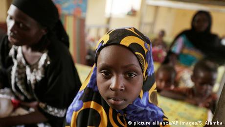 Symbolbild Afrika Kinderbräute (picture alliance/AP Images/S. Alamba)