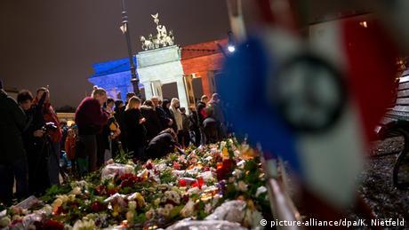 Frankreich Deutschland Brandenburger Tor Trauer für die Opfer der Anschläge in Paris