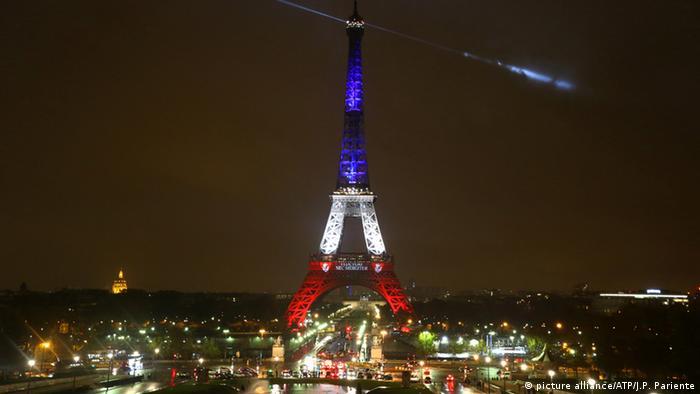La torre eiffel se blinda contra el terrorismo europa al for Cuando se construyo la torre eiffel