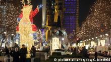 25.11.2015 *** Passanten gehen am 25.11.2015 in der City West in Berlin über den festlich beleuchteten Kurfürstendamm. Der Kudamm wurde am 25.11.2015 in ein weihnachtliches Lichtermeer getaucht. Foto: Kay Nietfeld/dpa Copyright: picture alliance/dpa/K. Nietfeld
