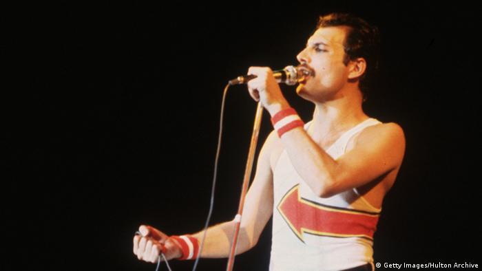 Freddie Mercury auf der Bühne 1982 (Foto: Getty)