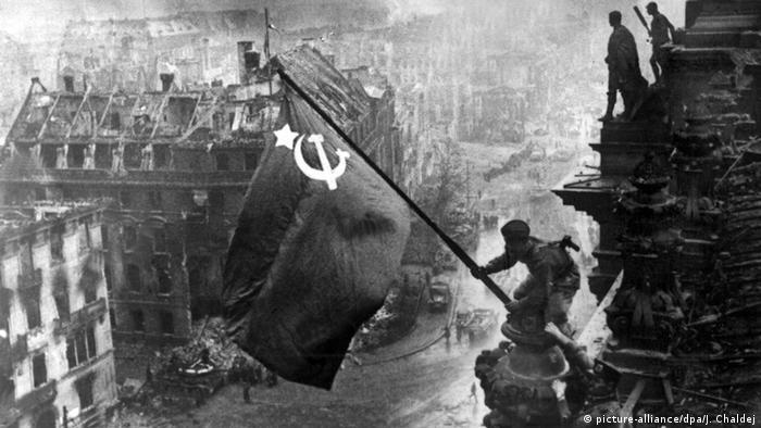 Ende Zweiter Weltkrieg Sowjet Flagge auf Reichstag (picture-alliance/dpa/J. Chaldej)