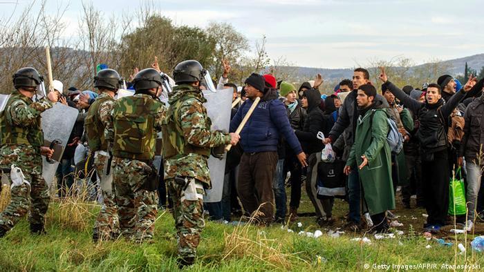 Беженцы на границе между Грецией и Македонией