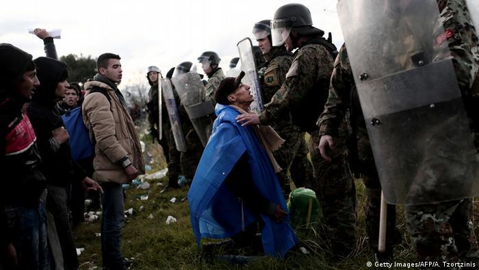Біженці та поліція на кордоні Македонії