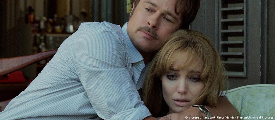 """Em """"À Beira Mar"""", Brad Pitt e Angelina Jolie interpretam um casal com problemas no relacionamento"""