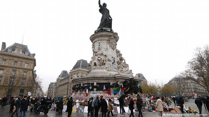 Frankreich Trauer für die Opfer der Anschläge Stadt Flagge Blumen