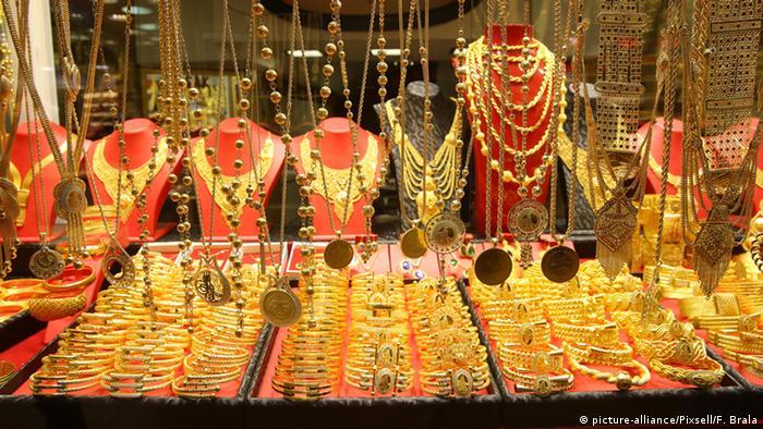 Златни накити във витрината на магазинче на Капалъ чарши