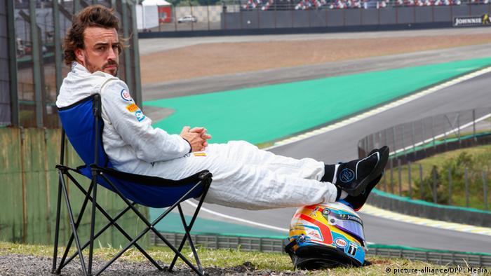 Brasilien Formel 1 Fernando Alonso im Campingstuhl (picture-alliance/DPPI Media)
