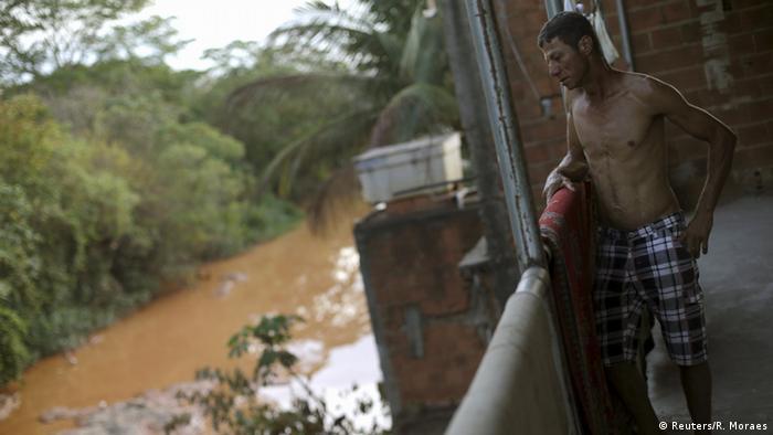 Mann lehnt am Flussufer (Foto: Reuters/R. Moraes)