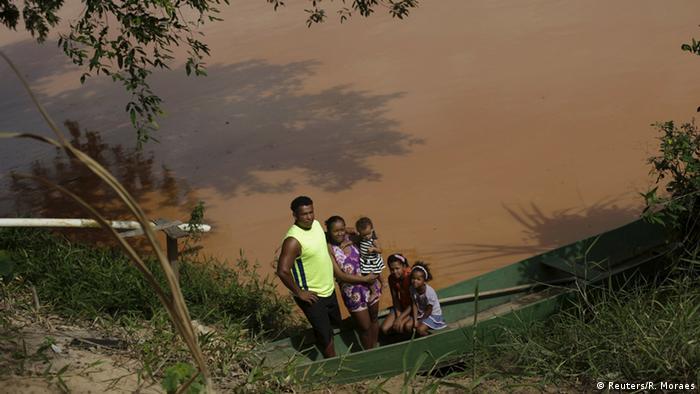 Familie am Flussufer, braunes Wasser (Foto: Reuters/R. Moraes)