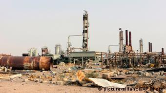 Разрушенный нефтеперерабатывающий завод в иракском городе Байджи, отбитом у террористов