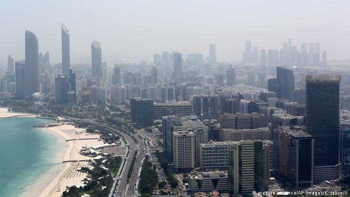 Vereinigte Arabische Emirate Skyline von Abu Dhabi (picture alliance/AP Images/K. Jebreili)