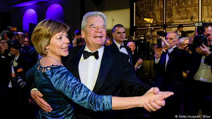 Joachim Gauck dancing with partner Daniela Schadt at the German Press Ball 2015 (Getty Images/C. Bilan)
