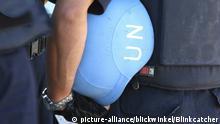 Soldat mit blauem Helm unter dem Arm, Haiti, Provine de l'Ouest, Kenskoff, Port-Au-Prince | soldier with blue helmet under his arms, Haiti, Provine de l'Ouest, Kenskoff, Port-Au-Prince Copyright: picture-alliance/blickwinkel/Blinkcatcher