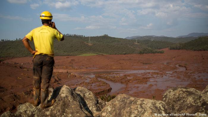 Mann beobachtet Überschwemmung (Foto: picture-alliance/AP Photo/F. Dana)