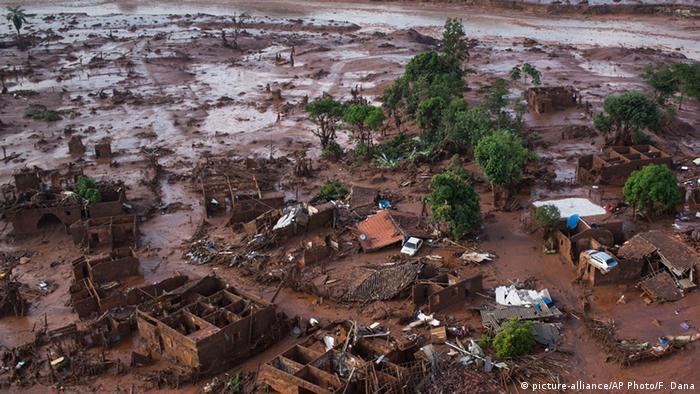 Bento Rodrigues coberta de lama após rompimento de barragem em novembro de 2015