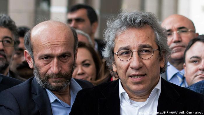 """Can Dündar (der.), editor en jefe del diario """"Cumhuriyet"""", y Erdem Gül, representante de ese medio en Ankara."""
