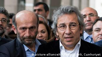 Die Journalist Can Dündar und Erdem Gül in einer Menschenmenge (Foto: picture-alliance/AP Photo/V. Arik, Cumhuriyet)