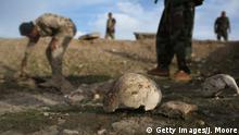 Bildunterschrift:SINJAR, IRAQ - NOVEMBER 15: Kurdish Peshmerga show what they say is a mass grave of more than 50 Yazidis killed by ISIL on November 15, 2015 in Sinjar, Iraq. Kurdish forces, with the aid of massive U.S.-led coalition airstrikes, liberated Sinjar from ISIL extremists, known in Arabic as Daesh, in recent days. Local Yazidi fighters who fought with Kurdish forces have been taking any salvagable items out of the rubble, the town being uninhabitable and perilously close to the frontline. Getty Images/J. Moore