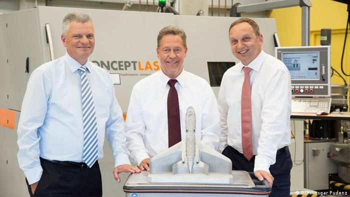 Professor Emmelmann, Aviation-pioneer Sander and machine-inventor Herzog with a laser-Printer (photo: Ansgar Pudenz / DZP)