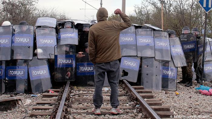 Mazedonien baut an griechischer Grenze meterhohen Zaun
